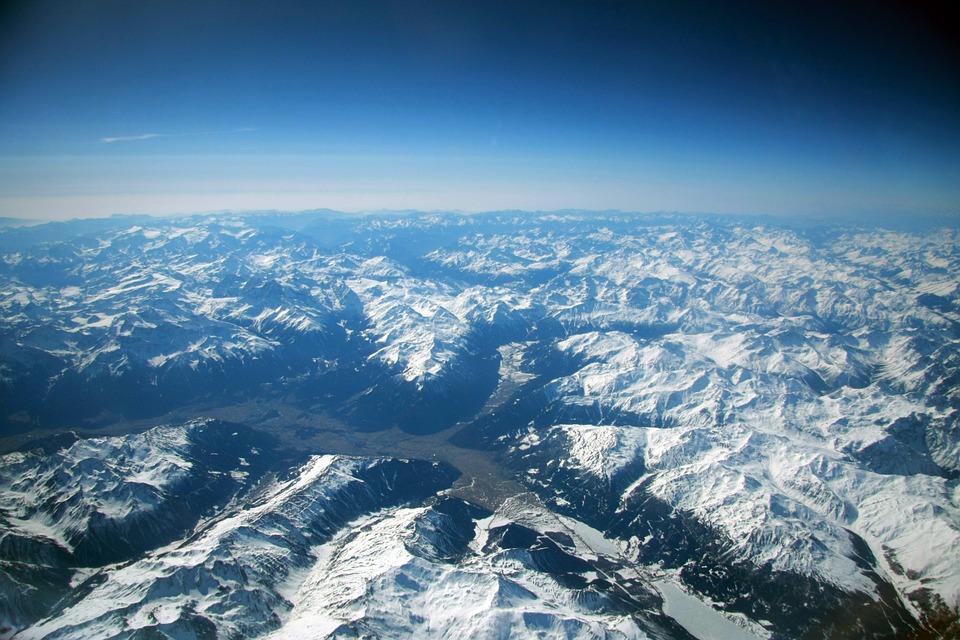 Resultado de imagen de avion pasando debajo de montañas con nieve