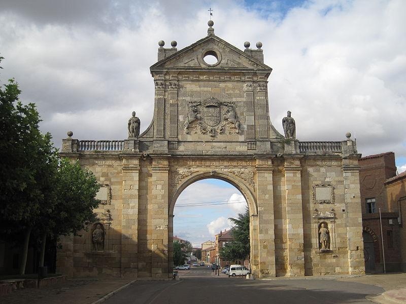 Arco de San Benito de Sagahún (Fotografía por Rubén Ojeda)