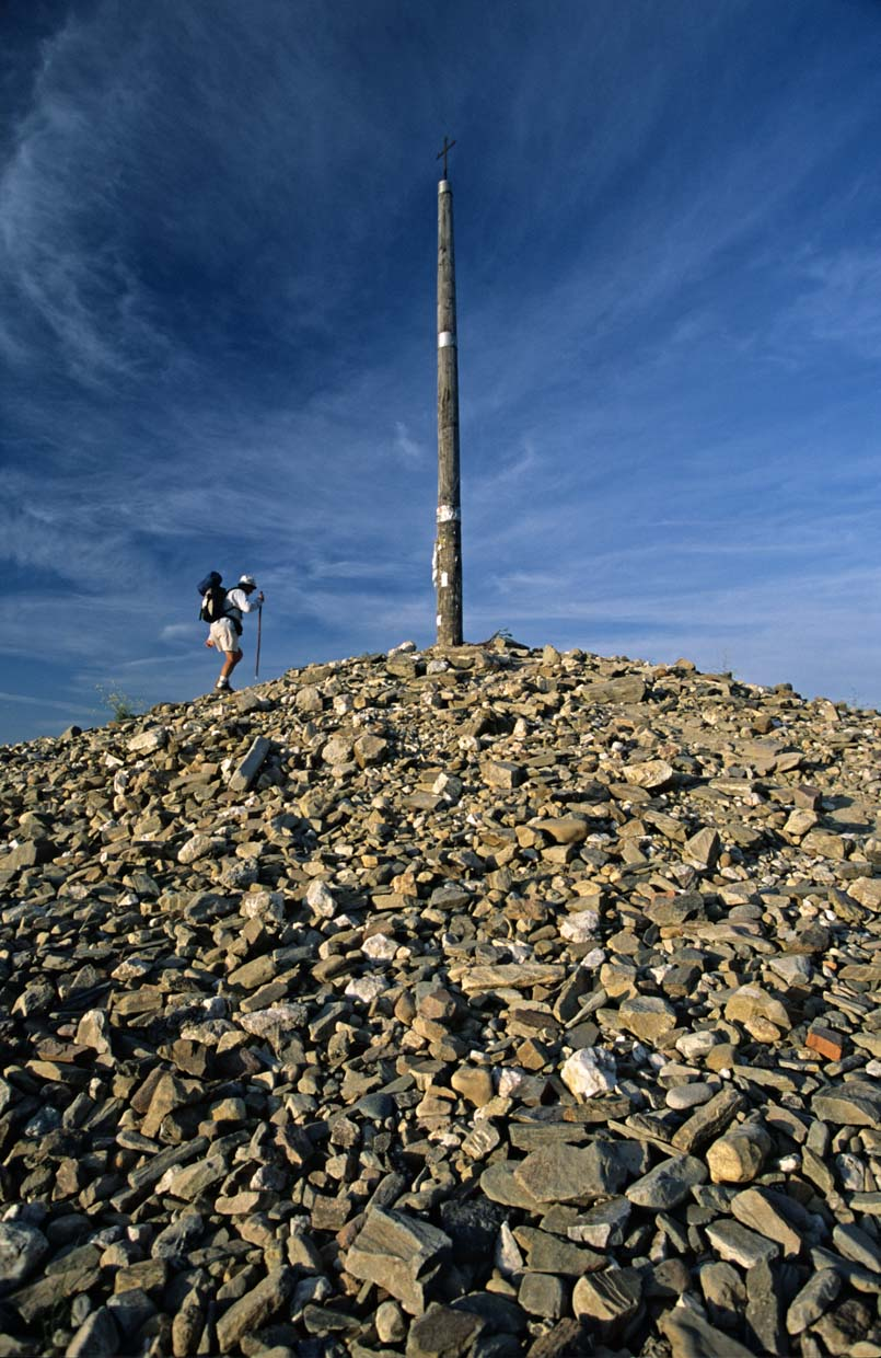 Pilgrim reaching the Cruz de Ferro in Foncebadón