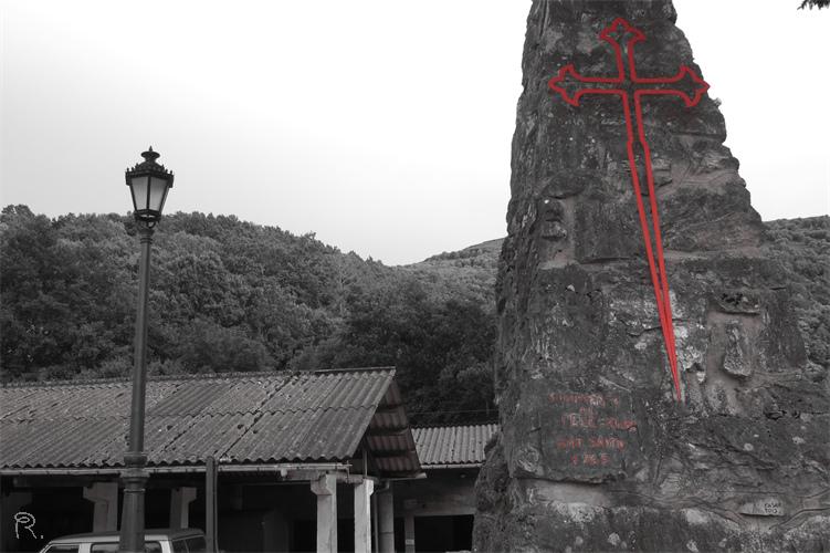 Estatua de piedra con la cruz del Camino de Santiago en Triacastela