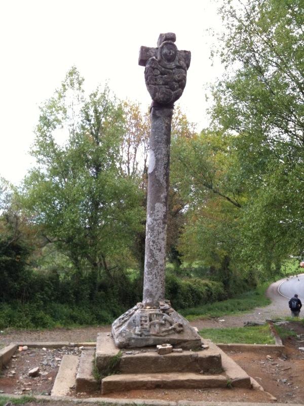 Estatua de piedra del crucero de Lameiro
