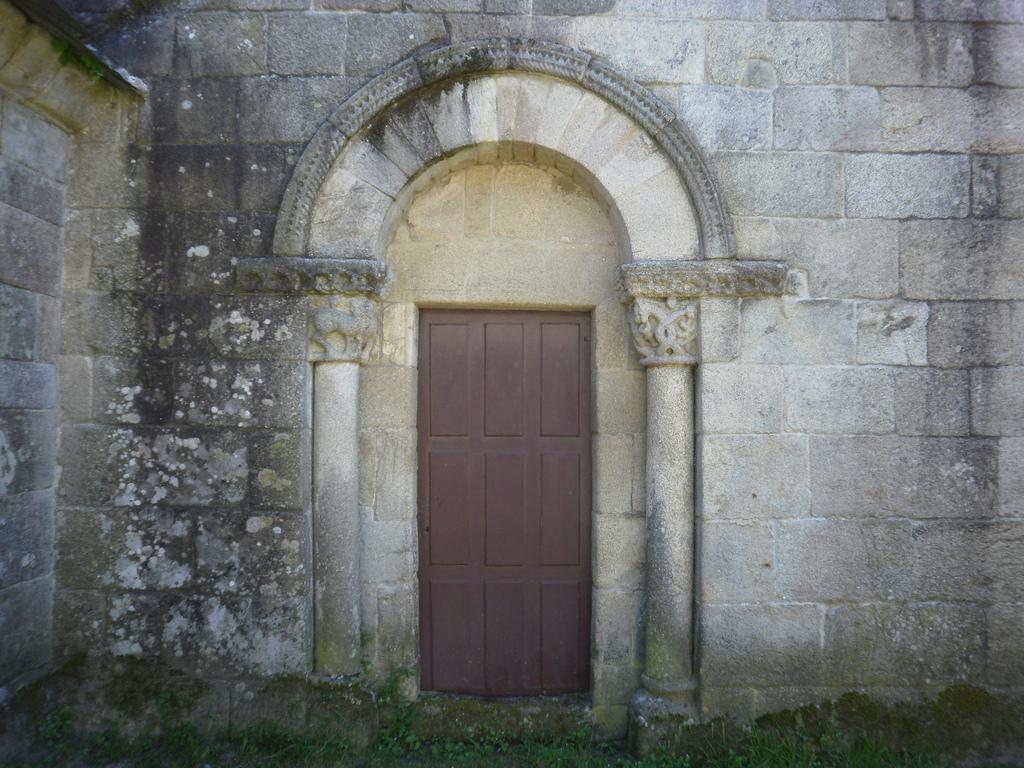 Portada norte de la iglesia de Santiago de Barbadelo