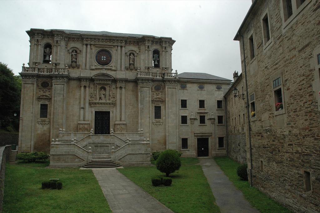 Portada de la entrada de la iglesia de San Xulián de Samos