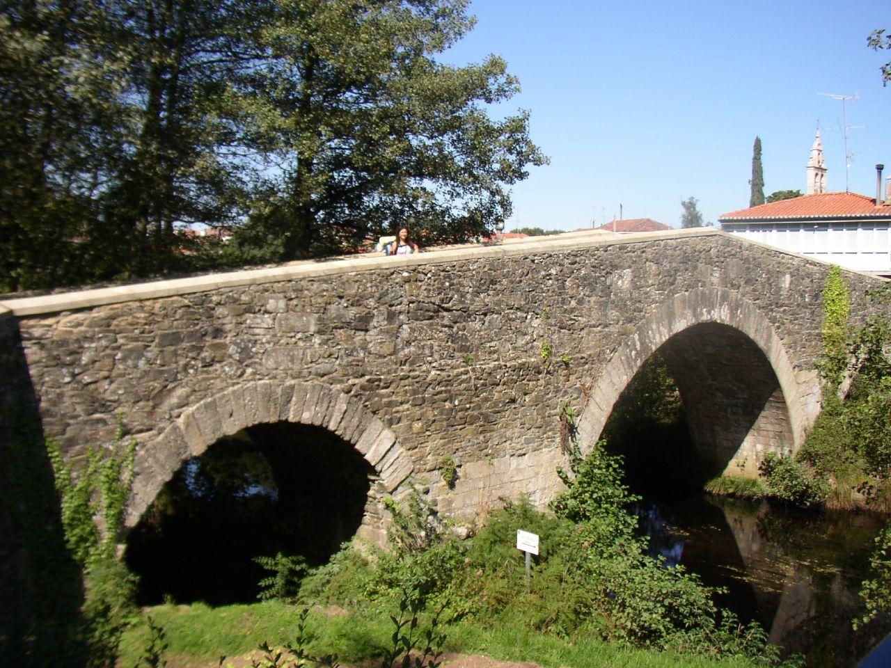 Puente medieval de piedra en Furelos